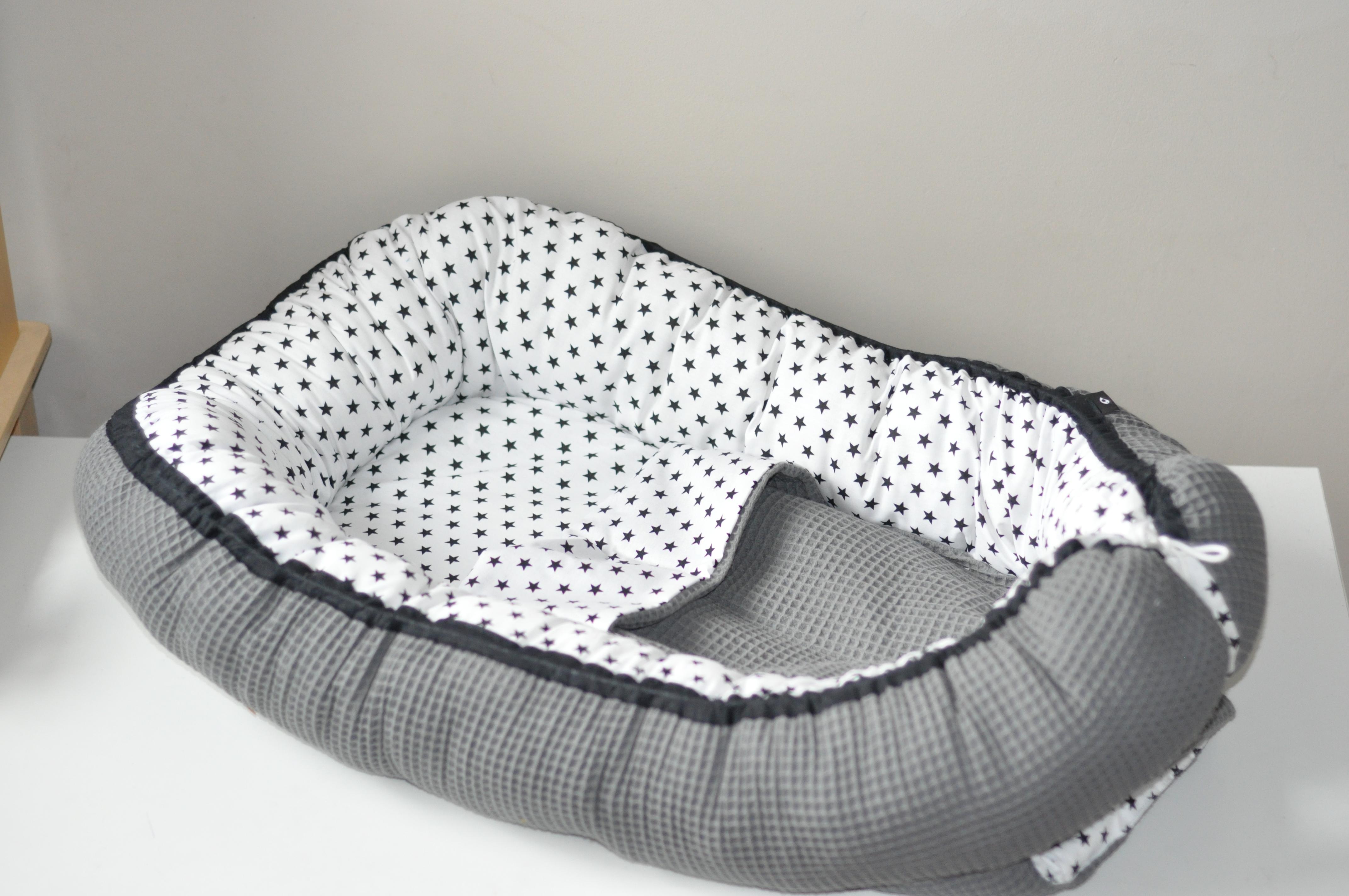 Compleet babynestje met deken gemaakt van wafelstof met ster zwart op wit