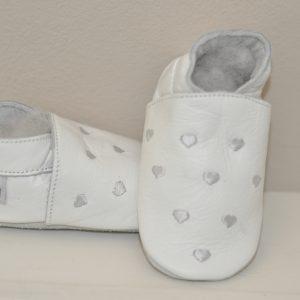 babyslofje wit hartjes